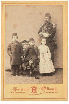 İSTANBUL FOTOĞRAFÇILARININ EŞİ YOKTU - ekrembugraekinci.com-Küçük şehzadeler, sultan ve lala_Kargopoulo