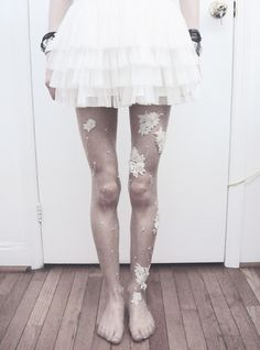 how to refashion your tights .a DIY Embellished Tights Tutorial made by… Look Fashion, Autumn Fashion, Fashion Tips, Fashion Trends, Fashion Clothes, Fashion Ideas, I Love Diy, Diy Vetement, Do It Yourself Fashion