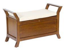 Banco de madera color nogal con cojín blanco. Un coqueto mueble con cojín y un práctico baúl para el almacenaje.
