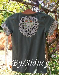 Sidney Crafts: Gray Mandala section of information related to. Crochet Fabric, Crochet Blouse, Crochet Doilies, Crochet Lace, Crochet Cross, Love Crochet, Crochet Clothes, Diy Clothes, Custom Tee Shirts