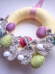 An easy tutorial on how to make an Easter wreath with crocheted application in the shape of Easter bunnies. Easter Crochet, Crochet Bunny, Egg Wrap, Plastic Eggs, Baby Yellow, Jute Twine, Easter Wreaths, Easter Bunny, Crochet Hooks