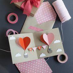 まるであふれ出す気持ちのように、ハートが飛び出すカードをつくりましょう。 色違いの紙を使って全く同じ大きさの3枚のハートをつくり、背中合わせに半分ずつ張り合わせます。カードに貼りつければ簡単なポップアップカードに。バルーンの乗る部分のアートをつくれば、かわいいハートのバルーンの出来上がりです。