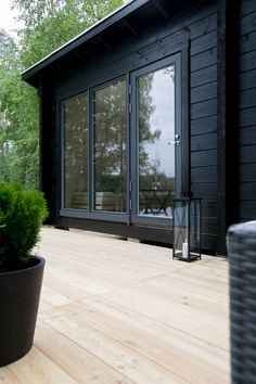 Modern black house exterior with black wood siding Cabins In The Woods, House In The Woods, Sauna House, Black House Exterior, Weekend House, Modern Farmhouse Exterior, Cabana, House Painting, House Colors