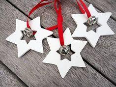Diese wunderschöne handgefertigte Clay-Stern mit Bell Ornamenten sind eine tolle Dekoration für Weihnachten. Sie können Ihren Weihnachtsbaum in Ihrem Fenster hängen, verwenden Sie es als ein Geschenk-Tag, als Tischdekoration oder als Geschenk für jemand besonderen.  Diese Stern mit Bell Ornamente sind aus Ton hergestellt und sorgfältig geschliffen, um eine schöne Oberfläche zu geben.  Das Angebot gilt für 3-Stern mit Glocken, aber Sie können die Menge der weitere Verzierungen.  Die…