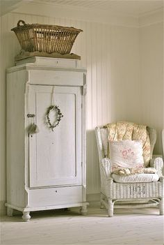 Adding this look to my Shabby Chic Cottage decor folder. Hope to redecorate my home over the next few years ❤️/// szafa w stylu shabby chic bylaby idealna Decor, Furniture, Painted Furniture, White Decor, Cottage Decor, Chic Decor, Home Decor, Shabby Chic Furniture, Shabby Chic Homes