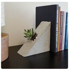 These concrete bookends are a great modern edition to your shelf! Great for succulents or airplants. Diy Concrete Planters, Concrete Crafts, Concrete Projects, Diy Projects, Beton Design, Concrete Design, Art Concret, Cement Art, Papercrete