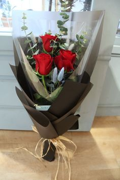 Valentine Flower Arrangements, Valentines Flowers, Beautiful Flower Arrangements, Floral Arrangements, Flower Bouquet Diy, Bouquet Wrap, Rose Bouquet, Floral Bouquets, How To Wrap Flowers