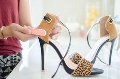 Nettoyez les taches de saleté sur vos chaussures en daim avec une lime à ongles.