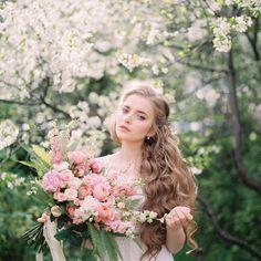 Florals @krolichi_lapki_ MUAH @irinayanz.makeup Gown @sova.boutique Crown @fairystoneru