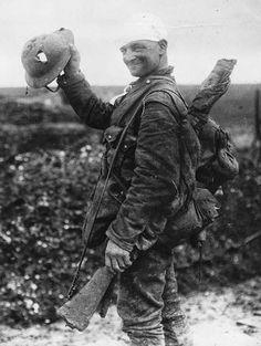 WWI British solider showing of the hole in his helmet 1917 Nagasaki, Hiroshima, Wilhelm Ii, Kaiser Wilhelm, History Online, World History, Ww1 History, World War One, First World