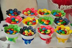 Dale color y sabor a tu próxima fiesta con algunas ideas para elaborar creativos dulceros y centros de mesa. Candy Party, Party Treats, Unicorn Birthday Parties, Baby Birthday, Bar A Bonbon, Candy Crafts, Candy Favors, Candy Bouquet, Holidays And Events