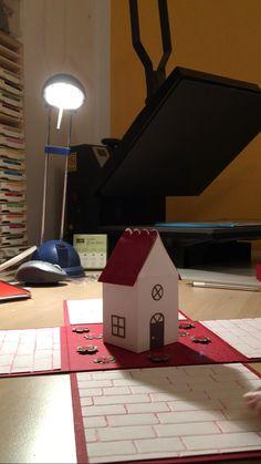 Dies ist eine Verpackung für einen Ikea Gutschein. Das Haus ist ein Framelit von Sizzix gekauft bei Bienis Basteloase. Die Maße sind 15 x 15. Habe hierfür 4 Streifen geschnitten 15x30 und hab sie bei 15 gefalzt. Das dach hab ich mit einer Lage roten Papier versehen, um es optisch abzuheben. Den Ikea Gutschein, den hab ich mit einem selbst gemachten Umschlag in den Deckel geklebt. .....leider konnte ich kein Video einstellen. Ich hoffe es gefällt euch trotzdem. Frohe Weihnachten