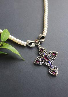 Ein Trachtenschmuck Klassiker: Perlenkette Susi mit Kreuz als Mittelteil Charmed, Bracelets, Shopping, Jewelry, Gemstones, String Of Pearls, Pearl Jewelry, Handmade, Silver