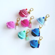 Mini crochet cupcake pattern - for a fluffy unicorn - crochet patterns & . Cupcake Crochet, Crochet Food, Crochet Gifts, Crochet Dolls, Kawaii Crochet, Cute Crochet, Irish Crochet, Crochet Baby, Crochet Key Cover