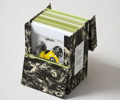 The Phaidon Archive of Graphic Design  Esta caja-libro contiene la historia del diseño gráfico. Portadas de libros, revistas, posters muestran cómo ha evolucionado el diseño desde la época en que se imprimía mecánicamente hasta nuestros días de la era digital.   http://www.arcadiamediatica.com/libro/the-phaidon-archive-of-graphic-design_15693