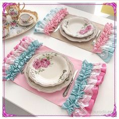 24 coll placemats for elegant table settings. Placemats for table Placemats are a good and effective way to decorate and organize a dining table setup. Burlap Table Runners, Lace Table, Vintage Pink, Sewing Crafts, Sewing Projects, Elegant Table Settings, Shaby Chic, Table Accessories, Diy Arts And Crafts