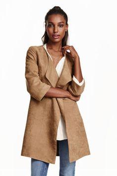 Mantel van imitatiesuède: Een korte mantel van zacht imitatiesuède met een sjaalkraag, driekwart mouwen en blinde steekzakken. Zonder sluiting. Gevoerd.