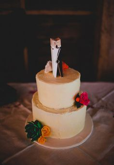 The cutest cake topper I've seen in a while. - Carina http://www.momento.com.au/inspiration/perfect-for-wedding-photos
