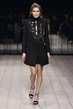 Alexander McQueen: surrealismo e mood rocker para o inverno 2017 - Vogue | Desfiles