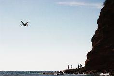 Un hermosa playa ecuatoriana rodeada de pelicanos, cangrejos, mar y arena blanca