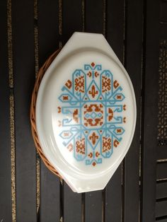 Awesome Rare Pyrex Navajo Pattern Covered Casserole With Basket Here is a lovely Pyrex dish. This originated in 1971 as a promotional Vintage Bowls, Vintage Kitchenware, Vintage Dishes, Vintage Love, Vintage Items, Vintage Pyrex, Navajo Pattern, Rattan Basket, Budget
