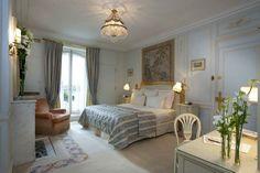 Situato nel cuore di Parigi, sull'elegante Place Vendome, il Ritz Paris offre una piscina in stile vasca romana, il cui soffitto affrescato ...