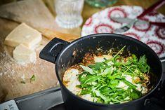 Yrittäjä Vappu Pimiä tietää, että arkisin ei ole mahdollista käyttää montaa tuntia ruoan valmistukseen. Se ei kuitenkaan estä herkuttelemasta lasagnella.