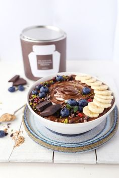 This Super Creamy Chocoholic Smoothie Bowl is a fusion between a super healthy nutritious smoothie and the flavor of the most sinful chocolate cake Smoothie Bowl, Smoothie Recipes, Energie Smoothies, Nutritious Smoothies, Cancer Fighting Foods, Breakfast Bowls, Sweet Breakfast, Vegan Breakfast, Clean Eating Snacks