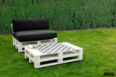 Pallets give your garden a completely new look in no time for little money. With a pallet lounge bench on castors, your garden looks robust and sturdy. And the accompanying pallet draught table is a source of hours of pleasure.