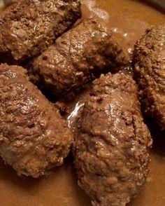 Klasyczne zrazy wołowe Zwane też roladami śląskimi, tradycyjne faszerowane bitki wołowe, najczęściej podawane z kluskami śląskimi i modrą kapustą. Dobre zrazy powinny być mięciutkie, kruche i aromatyczne, zanurzone w pysznym sosie pieczeniowym. Składniki: 8 plastrów wołowiny zrazowej 10 dkg wędzonego boczku 1- 2 ogórki kiszone 1-2 cebule skórka od chleba, najlepiej razowego 4-5 łyżek musztardy …