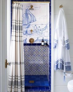 913 отметок «Нравится», 10 комментариев — Vogue Living (@vogueliving_us) в Instagram: «The blue and white shower of our dreams. Photographed by @martaxperez.»