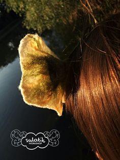 Opaska na włosy, biało-zółty kwiat na zielonej łodyżce. Delikatna wełna merynoska. Regulacja napami.