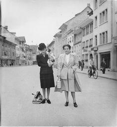 Frieda Belinfante war eine in der Schweiz internierte jüdische Musikerin. Sie arbeitete 1944 mit Herrmann Scherchen, Dirigent des Stadtorchesters Winterthur. Hier mit einer Freundin in der Steinberggasse.