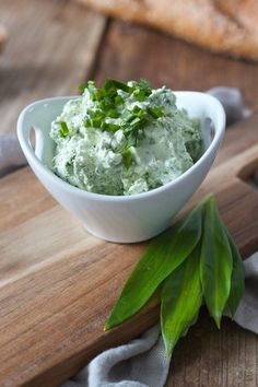 Wild garlic spread with curd by Sweets & Lifestyle®️️ Healthy Eating Tips, Healthy Nutrition, Healthy Dinner Recipes, Vegetarian Recipes, A Food, Food And Drink, Garlic Spread, Quinoa Burgers, Brunch