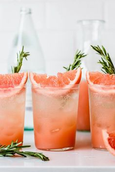These rosemary grapefruit sodas are SO refreshing A sweet and herbaceous rosemary simple syrup combines with tart fresh grapefruit juice and pure honey for a flavorful naturally-sweetened homemade soda you ll want to sip on all Summer long via Healthy Diet Recipes, Healthy Foods To Eat, Rosemary Simple Syrup, Grapefruit Soda, Snacks Sains, Keto, Nutritious Snacks, Non Alcoholic Drinks, Nonalcoholic Summer Drinks