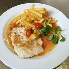 Denné menu Vranov | Kuracie prsia na tymiáne s paradajkami, zemiakové hranolky - reštaurácia Hotel Patriot*** #DenneMenuRestauraciaVranov #KuraciePrsiaNaTymiane #Paradajky #ZemiakoveHranolky