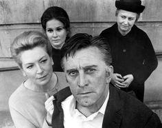 A pesar de su enorme filmografía, Douglas solo tiene un Oscar, honorífico, a toda su trayectoria concedido en 1996. En la imagen, junto a Deborah Kerr (izquierda) en la película 'El compromiso', dirigida por Elia Kazan en 1969.