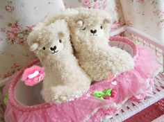 Size: 35/36/37/38 Upper Height: 18CM Material : Plush Color: Beige Accessories: None Weight: 0.18KG