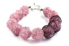 Kette aus handgemachte Drahtperlen in rosa und violett von goodrun, €50.00
