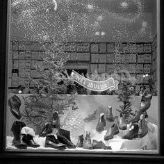 jalkineliikkeen näyteikkuna jouluna; Eskelinen, Esko