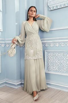 Indian Gowns Dresses, Indian Fashion Dresses, Indian Designer Outfits, Asian Fashion, Diy Fashion, Fashion Clothes, Bridal Dresses, Designer Party Wear Dresses, Kurti Designs Party Wear