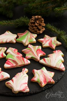 If you are searching for some easy Christmas cookie recipe but to look really impressive these Marbled Icing Sugar Cookies might be a great choice. I simply fell in love with these amazing marbled icing effect. I never really enjoyed icing cookies until I Easy Christmas Cookie Recipes, Christmas Sugar Cookies, Christmas Sweets, Christmas Cooking, Holiday Cookies, Holiday Baking, Christmas Desserts, Christmas Cupcakes, Holiday Recipes