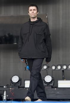 Gallagher rages over stolen Stone Island parkas taken from hotel Roll with it: While the former Oasis front man was entertaining a rampant Worthy Farm crow.Roll with it: While the former Oasis front man was entertaining a rampant Worthy Farm crow. Liam Gallagher Tour, Stone Island Parka, Liam And Noel, Oasis Band, Beady Eye, Indie Outfits, Indie Clothes, Britpop, Skinhead