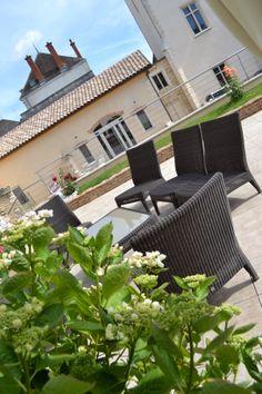 La terrasse de l'espace dégustation est au pied des vignes du vieux clos du château de Cîteaux, monopole du domaine Philippe Bouzereau.