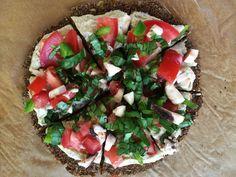 RAW PIZZA (pohánka, ľan, suš. rajčiny, mrkva; kešu, lah. droždie; rajčiny, špenát, šampiňóny, paprika...)
