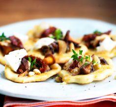 Syksyn sieni-juustokeksien pohjana käytetään lehti- tai voitaikinaa.
