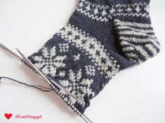 Instructions: knit Norwegian socks with star pattern - Socken - Knitting Ideas Knitting Designs, Knitting Patterns, Crochet Patterns, Knitted Gloves, Knitting Socks, Norwegian Knitting, Organization Bullet Journal, Baby Cocoon, Patterned Socks