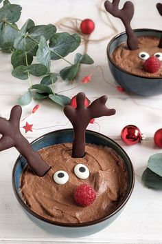Rentier Mousse au Chocolat - Rezept Weihnachtsdessert: Als weihnachtliches Dessert ist das Rentier Mousse au Chocolat einfach vorzubereiten. Kurz vor dem Servieren muss die Weihnachten Nachspeise nur noch dekoriert werden.
