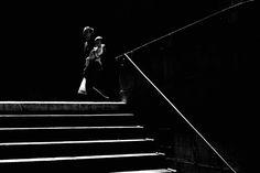 Jedes Bild komponiert Sandor Rozsas zu einem Kunstwerk in Schwarzweiss. Wann in Zürich wo das Licht am besten ist, weiss er ganz genau. Foto: Sandor Rozsas Darth Vader, Architecture, Silhouettes, Photography, Pictures, Artworks, Monochrome, Arquitetura, Photograph
