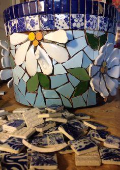 Vaso em mosaico feito com flores em Picassiette, by Schandra Mosaicos